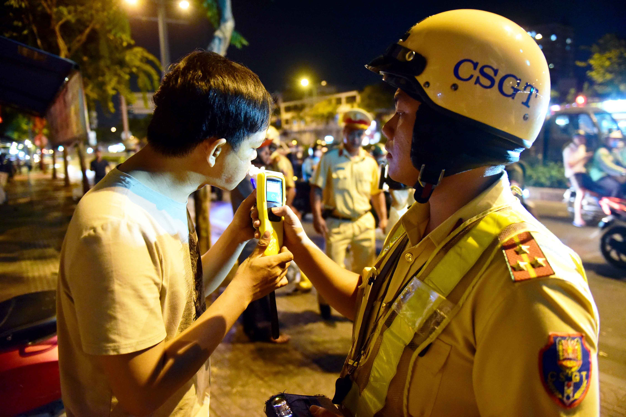 A man breathes into a breathalyzer to have his alcohol concentration measured in Ho Chi Minh City in early January 2020. Photo: Quang Dinh / Tuoi Tre