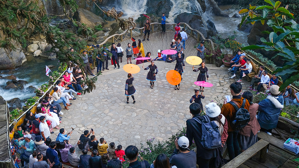 People watch a local dance performance in Cat Cat Village, Sa Pa Town, Lao Cai Province, Vietnam, November 2020. Photo: Quang Dinh / Tuoi Tre