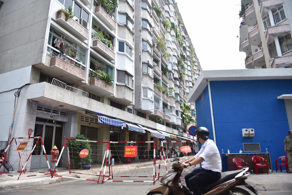 Isolation is applied to an apartment building in District 5, Ho Chi Minh City, where a COVID-19 patient lives, December 28, 2020.Photo: Ngoc Phuong / Tuoi Tre