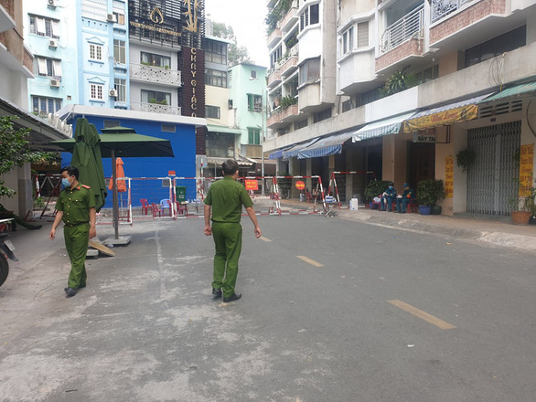 Police officers guard at an apartment building in District 5, Ho Chi Minh City, where a COVID-19 patient lives, December 28, 2020.Photo: Minh Hoa / Tuoi Tre