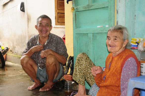 Nguyen Quoc and his mother is seen at their house in Hoi An City. Photo: T.B.D. / Tuoi Tre News