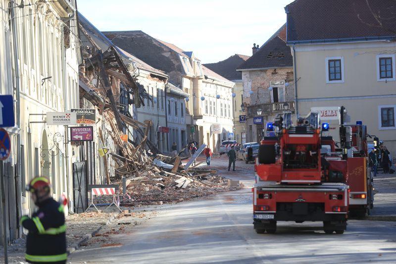 Firefighters arrive after an earthquake in Petrinja, Croatia December 29, 2020. Photo: Reuters