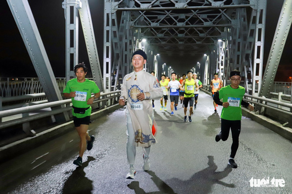 Singer Duc Tuan (middle) is seen wearing ao dai while competing at the VnExpress Marathon Hue 2020. Photo: Nguyen Dong / Tuoi Tre