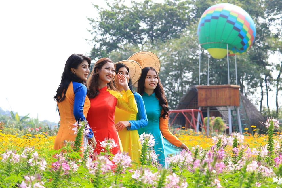 Watch Saigon in bloom at this botanical garden