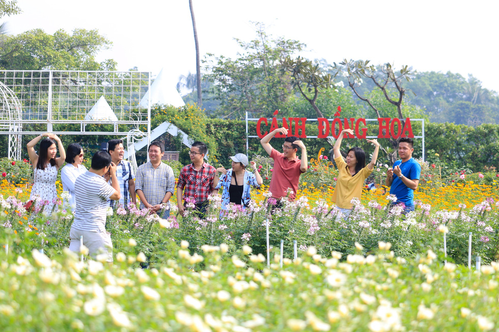 A group of visitors poses for the camera at a botanical garden in Ho Chi Minh City's Nhi Binh Ward.