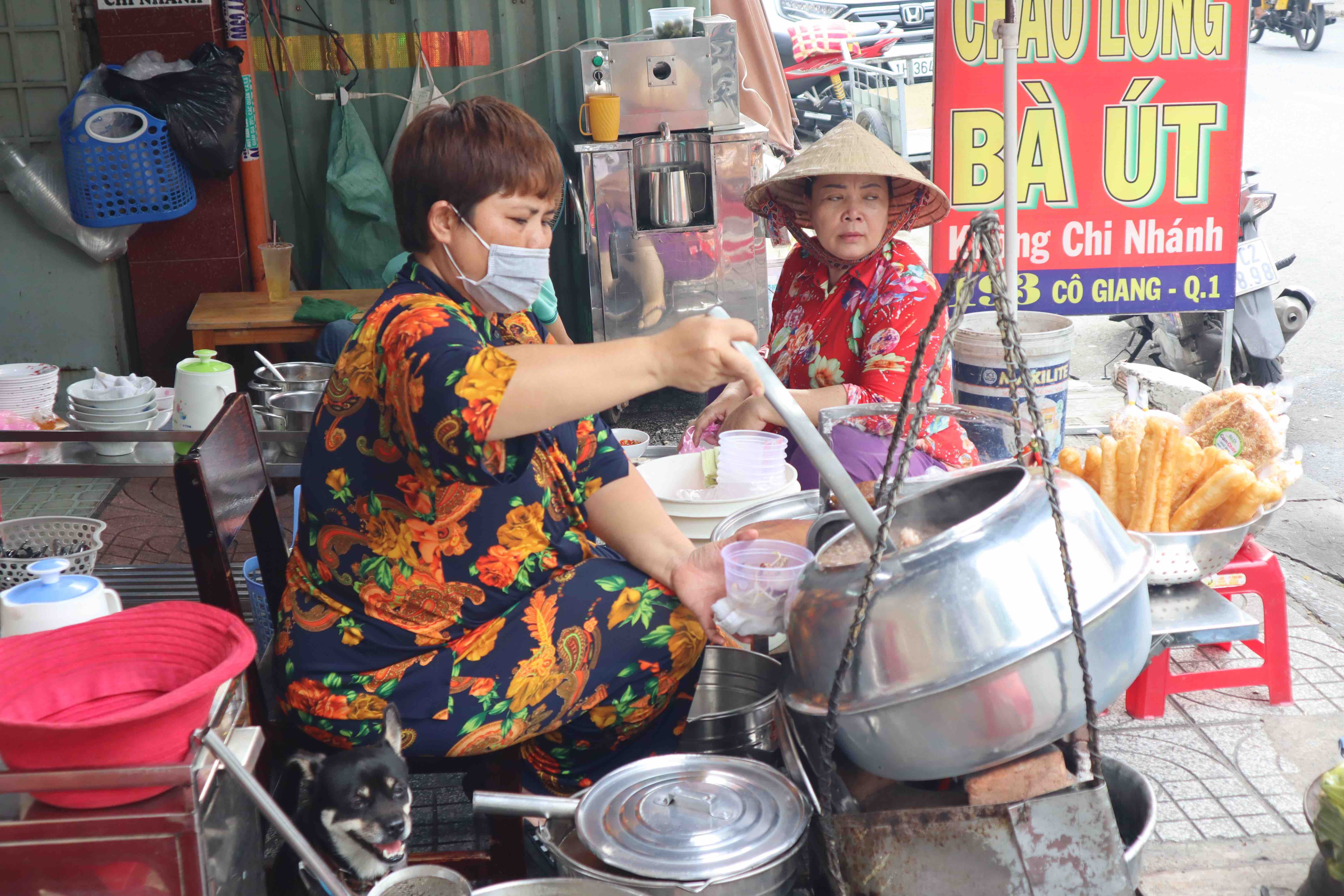 Le Thi Hong Ngoc, the current owner of the chao long stall, serves food at Chao Long Ba Ut on Co Giang Street, District 1, Ho Chi Minh City. Photo: Nam Vuong / Tuoi Tre