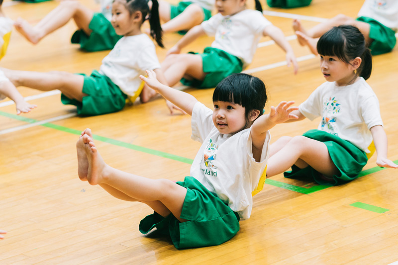 Physical exercise not only makes children healthy,  but also helps them develop intelligence.