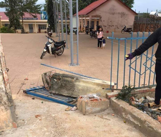 The gate of Le Huu Trac Elementary School in Dak Nong Province, Vietnam collapses on December 30, 2020. Photo: D.C. / Tuoi Tre