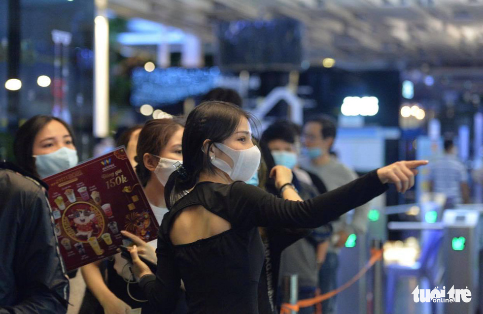 People queueing at an event in Ho Chi Minh City are seen wearing face masks. Photo: Tu Trong / Tuoi Tre