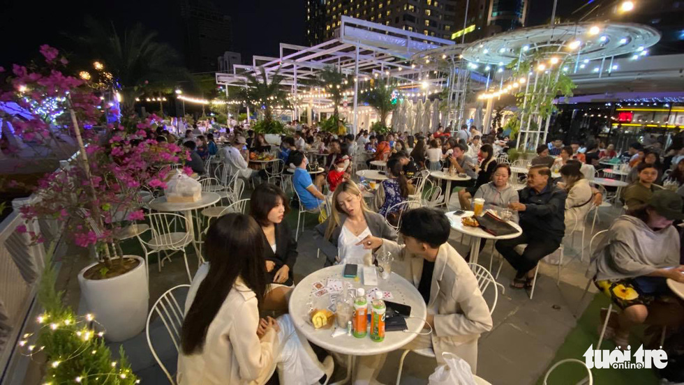 A rooftop coffee shop at Bach Dang Port area of Ho Chi Minh City is packed. Photo: Tu Trong / Tuoi Tre