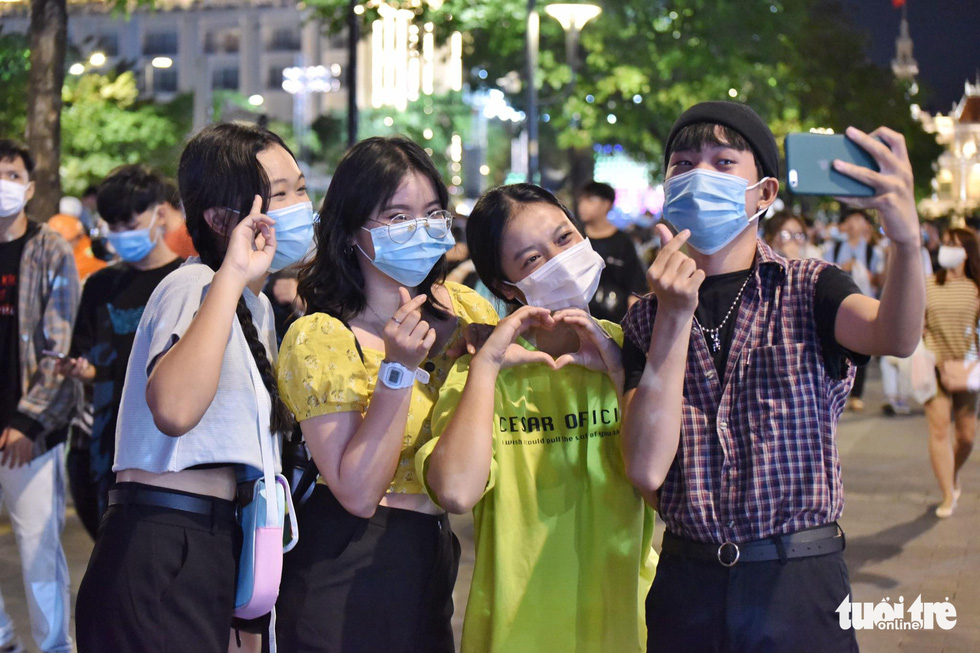 A group of friends take a selfie at Nguyen Hue Street in Ho Chi Minh City. Photo: Ngoc Phuong / Tuoi Tre