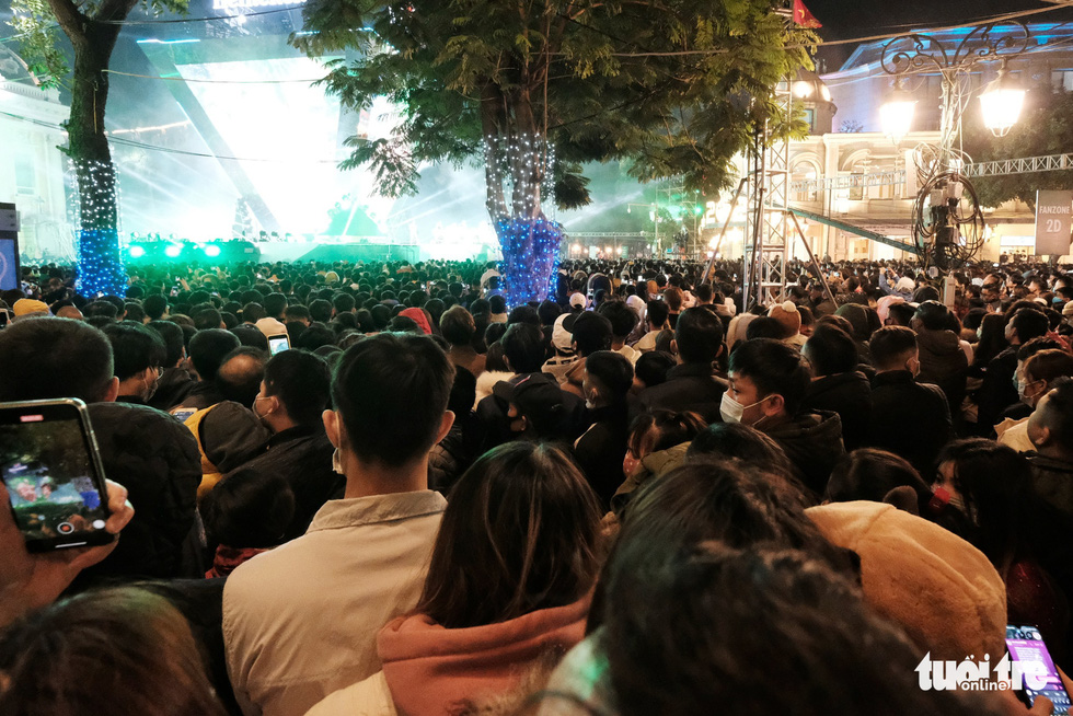 Crowd enjoys the countdown party show near Hanoi's Hoan Kiem Lake, December 31, 2020. Photo: Mai Thuong / Tuoi Tre