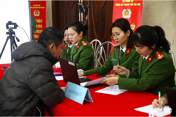 Hanoi police process information for residents for the issuance of chip-based ID cards, December 31, 2020. Photo: Danh Trong / Tuoi Tre