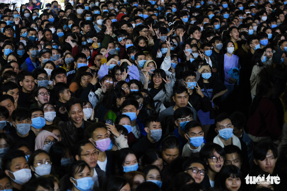 People don face masks at a countdown party show at September 2 Square in Da Nang City, December 31, 2020. Photo: Tan Luc / Tuoi Tre