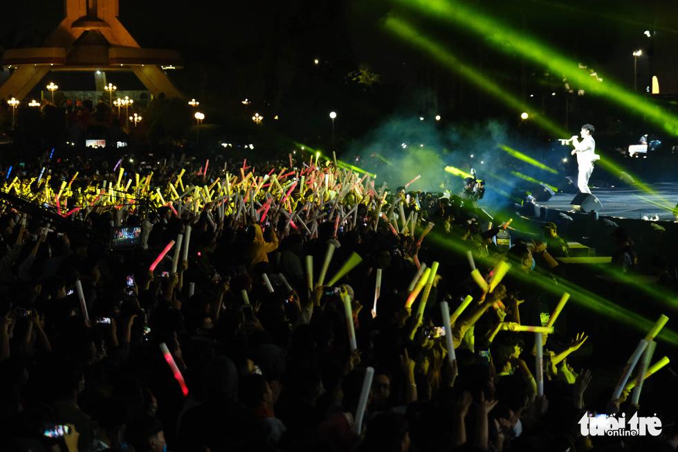 Crowd enjoys a countdown party show at September 2 Square in Da Nang City, December 31, 2020. Photo: Tan Luc / Tuoi Tre