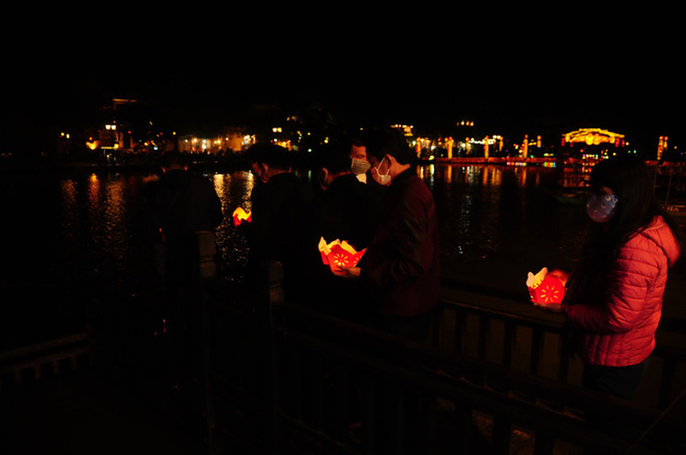 Leaders of Hoi An City drop flower candle lanterns to Hoai River to pray for the city's good luck, December 31, 2020. Photo: B.D. / Tuoi Tre