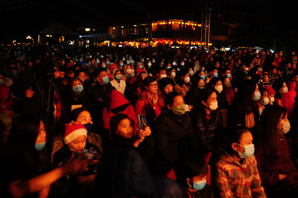 Crowds enjoy a countdown party show at Hoi An City, December 31, 2020. Photo: B.D. / Tuoi Tre