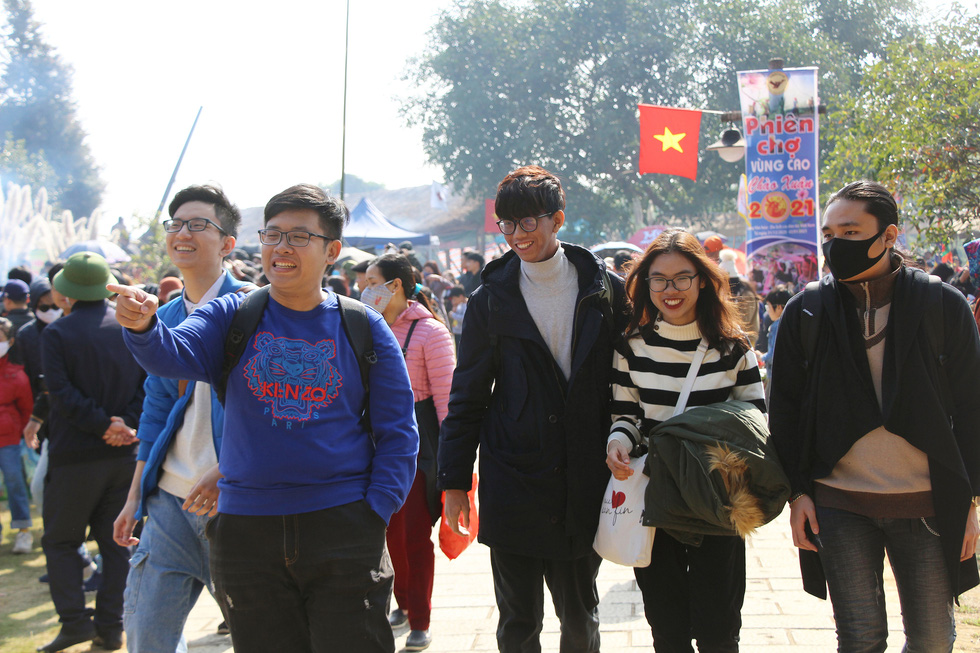 People visit a market fair in the Culture-Tourism Village for Vietnamese Ethnic Groups in Hanoi, January 2, 2021. Photo: H.Q. / Tuoi Tre
