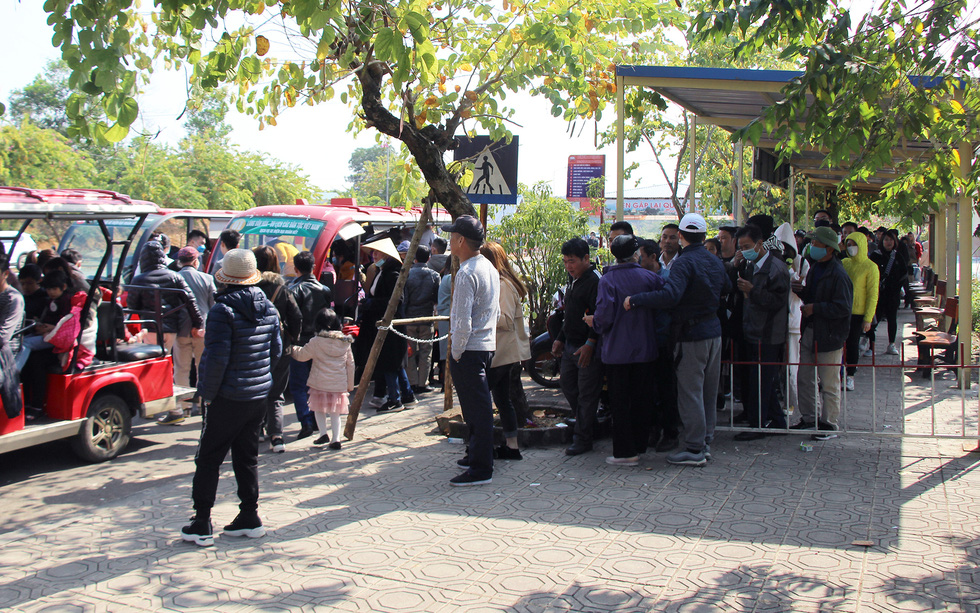Visitors queue at the entrance to a market fair in the Culture-Tourism Village for Vietnamese Ethnic Groups in Hanoi, January 2, 2021. Photo: H.Q. / Tuoi Tre