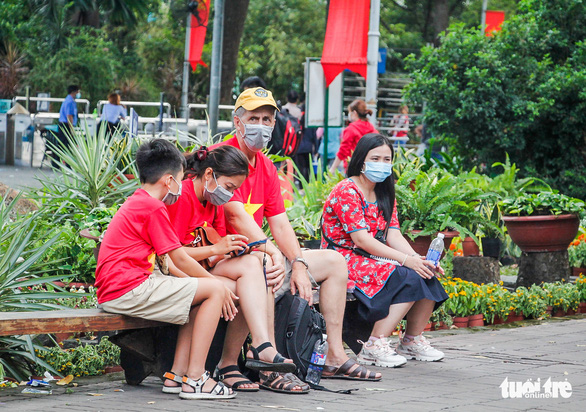 A family visit the Saigon Zoo and Botanical Gardens in District 1, Ho Chi Minh City, January 1, 2021. Photo: Chau Tuan / Tuoi Tre