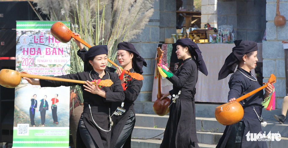 Dancers of Vietnam's Tay ethnic minority group perform at a market fair showcasing products of the northern mountainous region held in the Culture-Tourism Village for Vietnamese Ethnic Groups in Son Tay District, Hanoi, January 1, 2021. Photo: H.Q. / Tuoi Tre