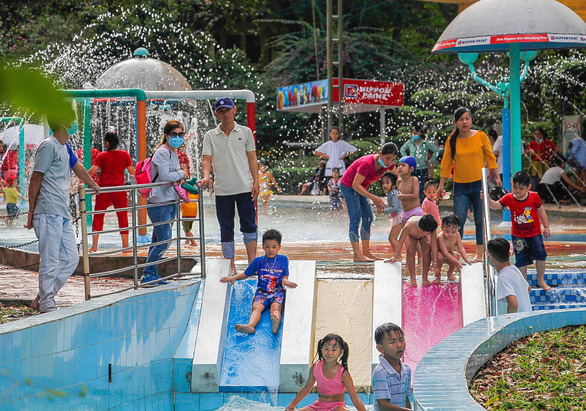 Children play at the Saigon Zoo and Botanical Gardens in District 1, Ho Chi Minh City, January 1, 2021. Photo: Chau Tuan / Tuoi Tre