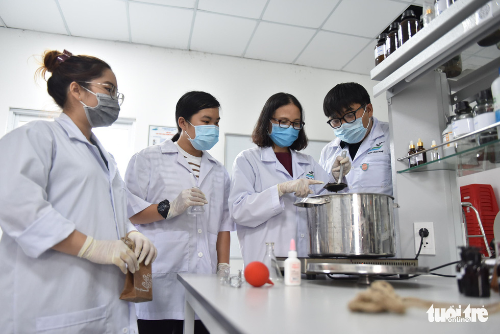 Ho Chi Minh City students make paper bags, organic fertilizers from banana trunks