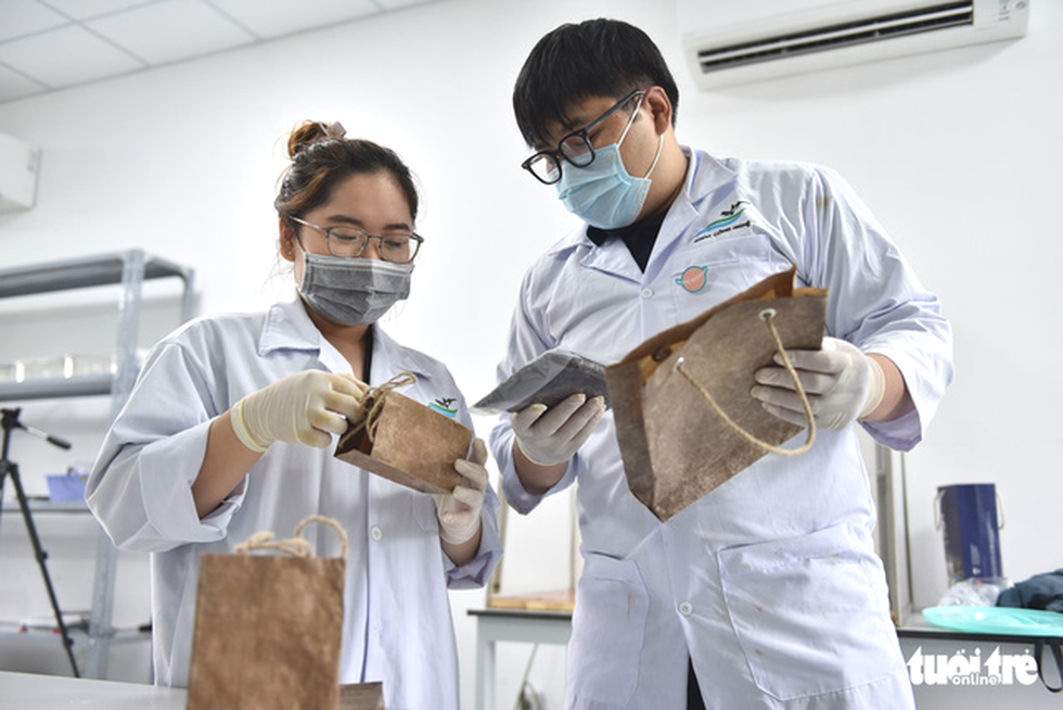 The final products are the biodegradable, low-priced paper bags. Photo: Ngoc Phuong / Tuoi Tre