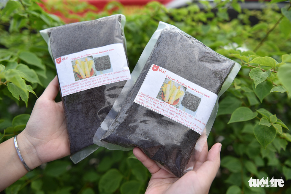 Organic manure, priced at VND2,500 ($0.1) per kilogram, is made from the banana core, leaves, and barks. Photo: Ngoc Phuong/ Tuoi Tre