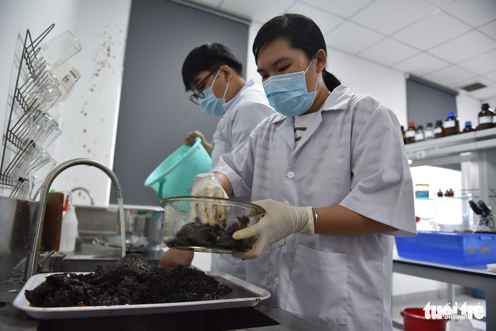 The mixture is rinsed carefully and only the residue will be used. Photo: Ngoc Phuong / Tuoi Tre