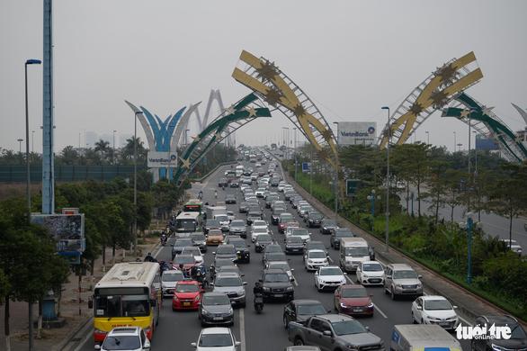 Busy traffic is seen on Vo Chi Cong Street of Hanoi, January 3, 2021. Photo: Pham Tuan / Tuoi Tre