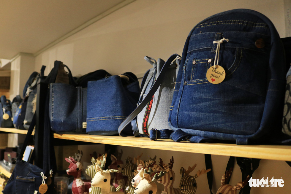 Backpacks and handbags made from old jeans showed at Tram Xanh. Photo: Nhat Thinh / Tuoi Tre