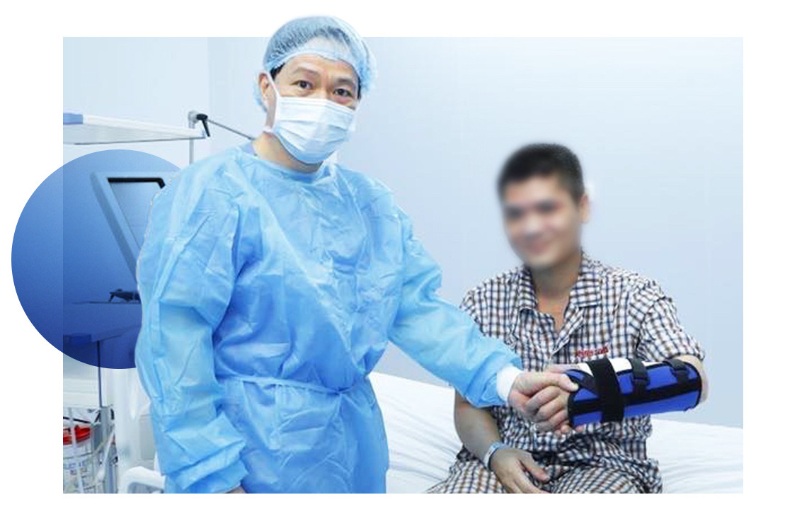 "Professor Hoang and patient Pham Van Vuong. Vuong said he wholeheartedly appreciated the donor. ""I will strictly follow rehabilitation therapy in order to pursue my own dreams,"" he said."