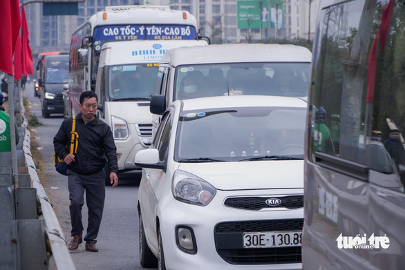 A bus passenger is seen dropped off on the side of an expressway in Hanoi. Photo: Pham Tuan / Tuoi Tre