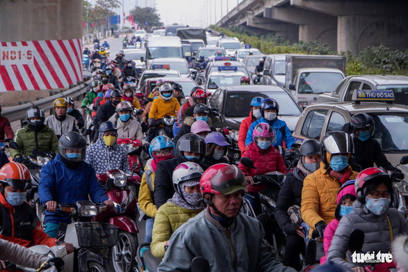 Congested traffic is seen on Phap Van frontage road, January 3, 2021. Photo: Pham Tuan / Tuoi Tre