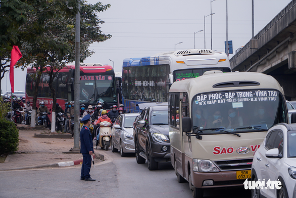 Congested traffic is seen on an entrance road to Hanoi, January 3, 2021. Photo: Pham Tuan / Tuoi Tre