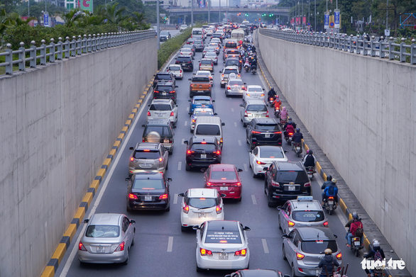 Congested traffic is seen on Thang Long Highway of Hanoi, January 3, 2021. Photo: Pham Tuan / Tuoi Tre