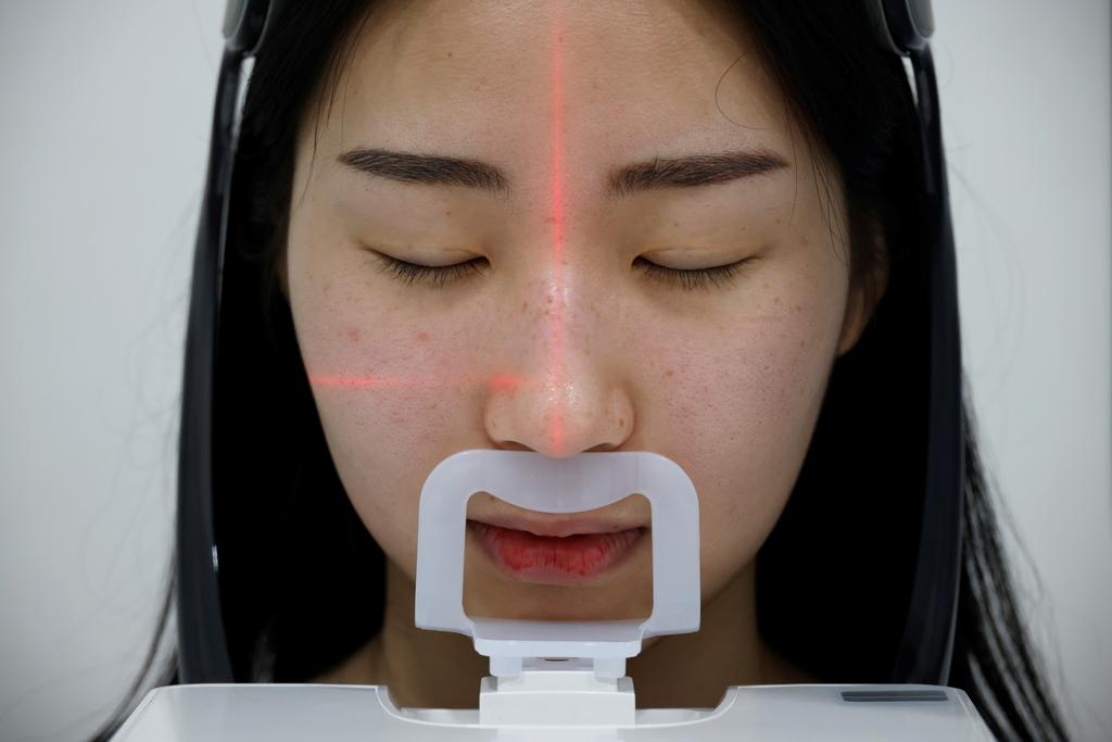 Ryu Han-na, who undergoes nose plastic surgery, gets CT scan at WooAhIn Plastic Surgery Clinic, amid the coronavirus disease (COVID-19) pandemic in Seoul, South Korea, December 17, 2020. Photo: Reuters