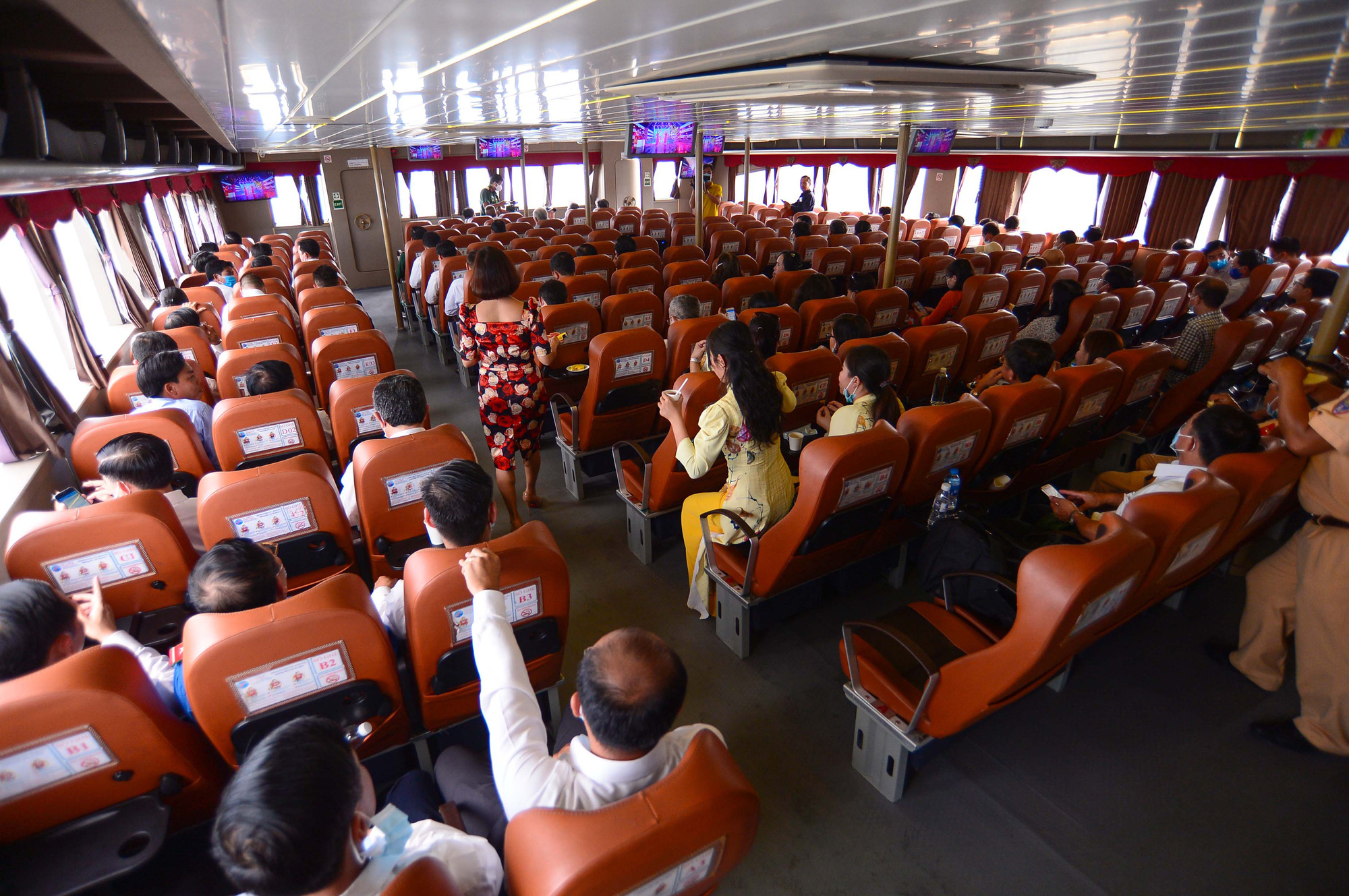 <em>Passengers board a ferry along the Can Gio-Vung Tau route on January 4, 2021. Photo:</em> Quang Dinh / Tuoi Tre