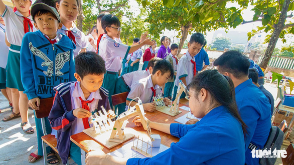 A student learns about a hydraulic system while playing a game called hydraulic arm. - Photo: Dung Nhan / Tuoi Tre