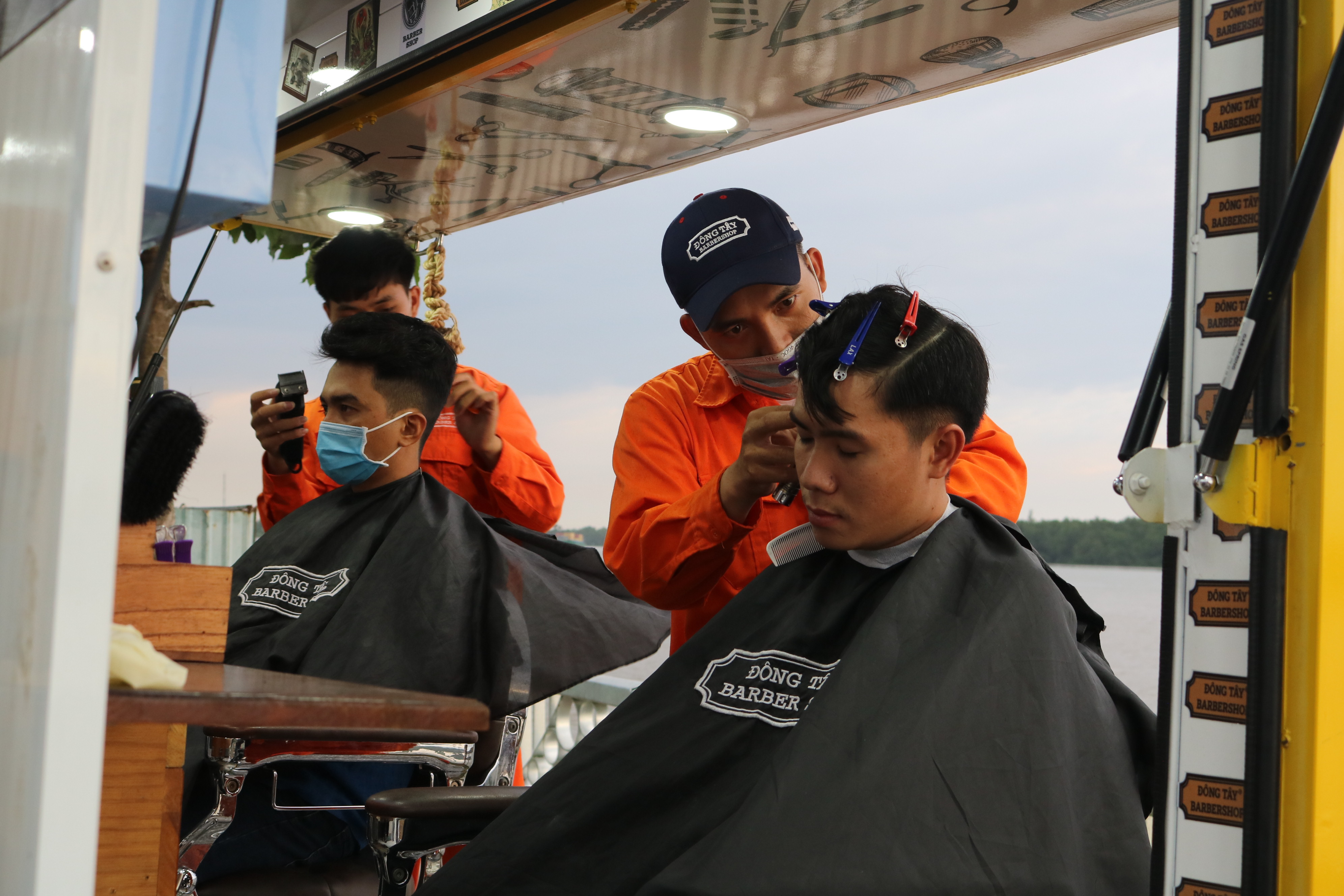In the photo, barbers at Dong Tay mobile barbershop meticulously cut customer hair. Photo: Hoang An / Tuoi Tre