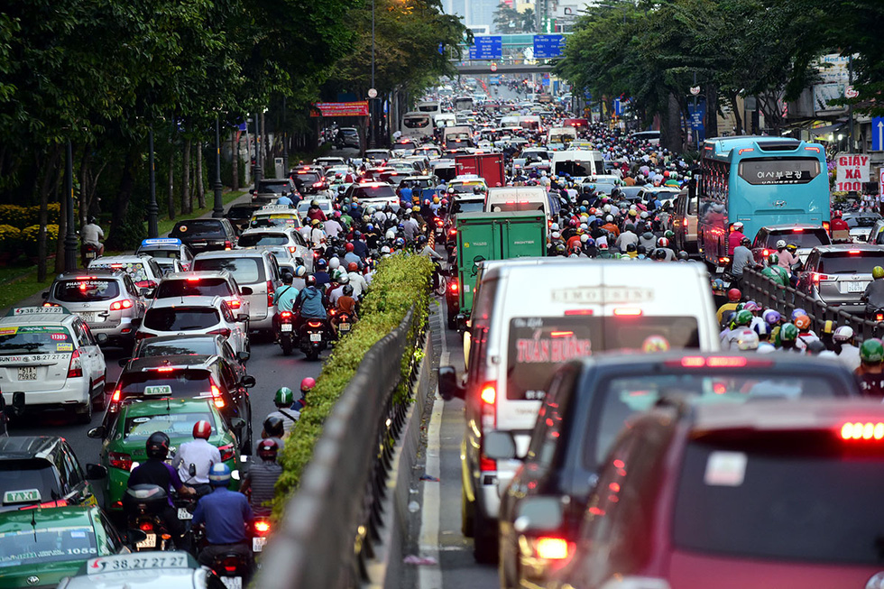 Site clearance, financial bottlenecks hinder construction of major road projects in Ho Chi Minh City