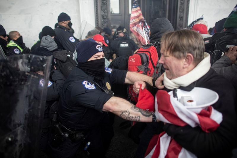 Members of law enforcement clash with pro-Trump protesters, who stormed the U.S. Capitol during a rally to contest the certification of the 2020 U.S. presidential election results by the U.S. Congress, at the U.S. Capitol Building in Washington, D.C., U.S. January 6, 2021. Photo: Reuters