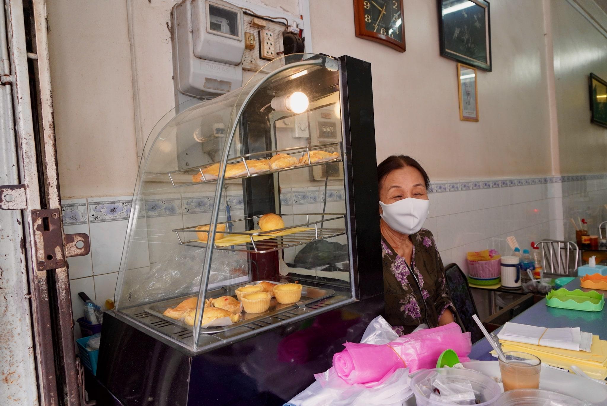 Ms. Sau runs the till at Nam Vien eatery in Long Xuyen City. Photo: Xuan Tung / Tuoi Tre
