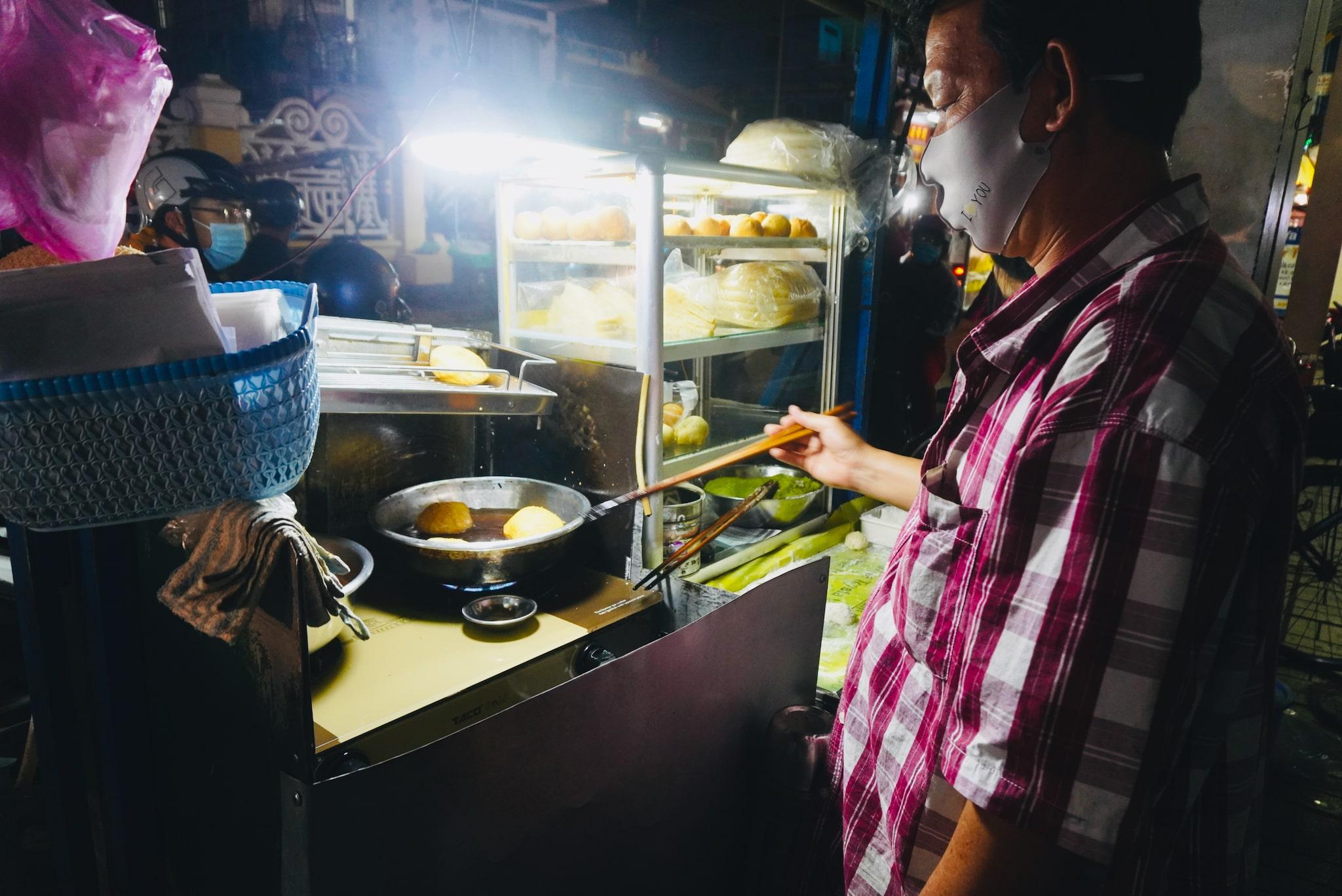 Quang fries banh tieu at a food cart in Long Xuyen City. Photo: Xuan Tung / Tuoi Tre