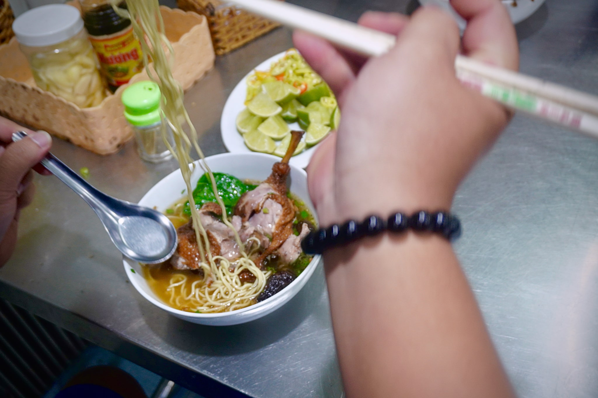 A bowl of duck noodle soup with added duck intestines costs just VND75,000 at Huu Hanh eatery in Long Xuyen City. Photo: Xuan Tung / Tuoi Tre