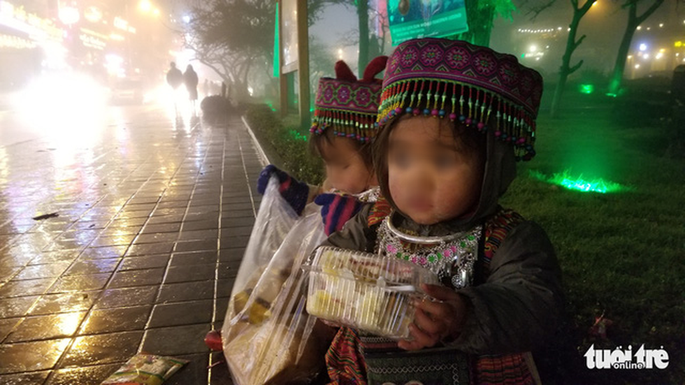 Child vendors sells foods to tourists in Sa Pa Township. Photo: Vu Tuan / Tuoi Tre