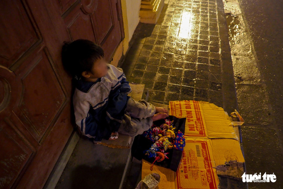 A child vendor sells souvenirs on a street of Sa Pa Township. Photo: Vu Tuan / Tuoi Tre