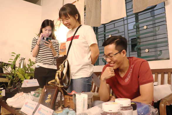 Young people participate in a fundraising sale event organized by Saigon For Blue Dragon in Ho Chi Minh City, January 10, 2021. Photo: Nhat Thu / Tuoi Tre