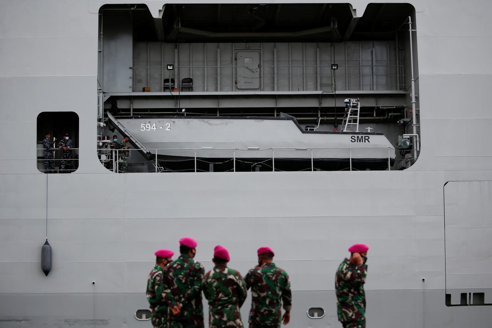 Indonesian Navy sailors are seen on the KRI Semarang as it is docking and preparing to continue rescue process for Sriwijaya Air flight SJ 182, which crashed to the sea, at Tanjung Priok port in Jakarta, Indonesia, January 11, 2021. Photo: Reuters